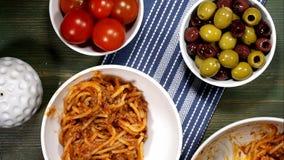 Het dienen van Italiaanse Stijlspaghetti Bolognese in een Witte Kom stock footage
