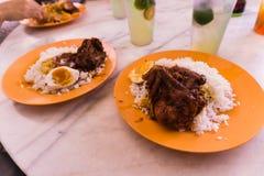 Het dienen van Nasi Ganja Ipoh Stock Foto's