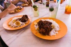 Het dienen van Nasi Ganja Ipoh, Stock Foto's