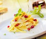 Het dienen van Spaghetti Carbonara royalty-vrije stock foto