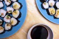 Het dienen van sushi Stock Afbeeldingen