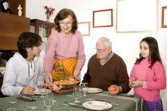 Het dienende voedsel van de grootmoeder royalty-vrije stock fotografie