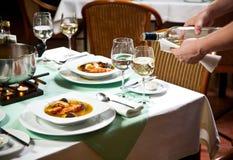 Het Dienende Voedsel van de kelner bij Restaurant Stock Foto's