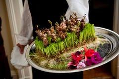 Het dienende voedsel van de kelner - huwelijksreeks Stock Foto