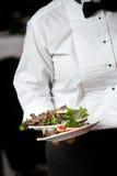 Het dienende voedsel van de kelner - huwelijksreeks Stock Fotografie