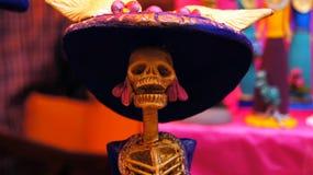 Het dienstenaanbod, schedels, ambachten had op de dag van de doden in Mexico betrekking Festiviteitenhoogtepunt van kleuren en tr stock fotografie