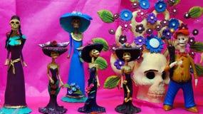 Het dienstenaanbod, schedels, ambachten had op de dag van de doden in Mexico betrekking Festiviteitenhoogtepunt van kleuren en tr royalty-vrije stock foto