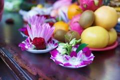 Het Dienstenaanbod van de bloem bij Tempel Lungshan royalty-vrije stock fotografie