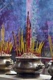 Het dienstenaanbod van de wierook bij de tempel stock afbeelding