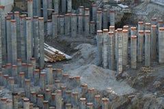 Het diepe stichting concrete opstapelen zich gedeeltelijk gehamerd in de grond royalty-vrije stock foto