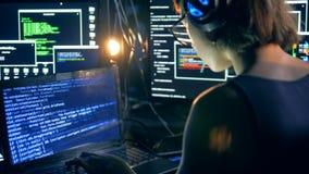 Het digitale die systeem wordt door een meisje binnendrongen in een beveiligd computersysteem stock videobeelden