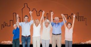 Het digitale samengestelde beeld van gelukkige familie met wapens hief status tegen gebouwen op achtergrond op Stock Foto