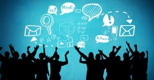Het digitale samengestelde beeld van silhouetmensen met toespraak borrelt en diverse pictogrammen tegen blauwe rug Stock Foto
