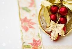 Het diner rode decoratie van Kerstmis - het knippen weg Stock Fotografie