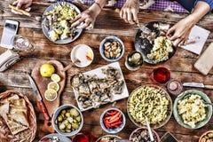 Het diner van de familie Kerstmis, Dankzegging, Nieuwjaar stock fotografie