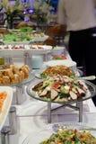 Het diner van het buffet bij restaurant Stock Afbeelding