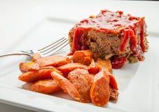 Het diner van het huwelijk met gerookt broodjesvlees en tomaten Stock Afbeeldingen