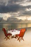 Het diner van het kaarslicht bij het strand Royalty-vrije Stock Afbeeldingen