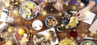 Het diner van Kerstmis Dalende gouden sneeuwvlokken Juicht Bovenkant van mening van een keurig gediend houten diner van lijstkers stock fotografie