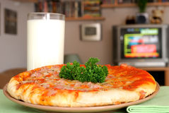 Het diner van TV, snack, pizza met p stock foto