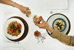 Het dineren Daterend de Vieringsconcept van Paarchamapagne royalty-vrije stock afbeelding