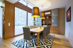 Het dineren gebied binnen modern huis stock afbeeldingen