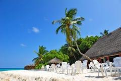 Het dineren gebied in de open lucht op een Maldivian eiland Stock Afbeelding