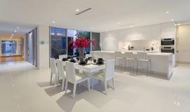 Het dineren gebied en keuken Stock Afbeeldingen