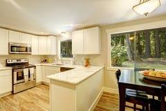 Het dineren gebied in heldere keukenruimte Royalty-vrije Stock Afbeeldingen