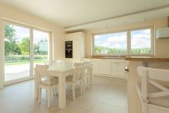 Het dineren gebied in moderne keuken Royalty-vrije Stock Afbeelding