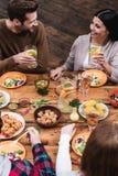 Het dineren met vrienden royalty-vrije stock foto's