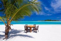Het dineren op het strand tijdens vakanties Royalty-vrije Stock Afbeelding