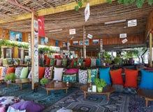 Het dineren plaats gekleurde kussens, fethiye, mugla royalty-vrije stock foto