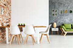 Het dineren ruimte tegen bakstenen muur royalty-vrije stock afbeeldingen