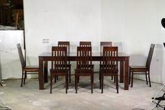 Het Dineren van Enkel Stevige Houten Zes Seater Reeks in Honey Oak royalty-vrije stock afbeelding