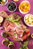 Het dineren voorgerecht met canape, vingervoedsel, kaas royalty-vrije stock afbeelding