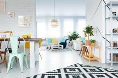 Het dineren zaal met zitkamer royalty-vrije stock foto