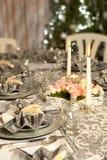 Het dinerlijst van Kerstmis in roze en grijs Stock Foto's