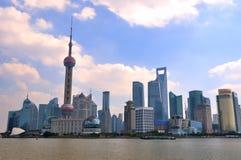 Het district van China Shanghai Pudong onder blauwe hemel Stock Afbeeldingen