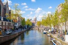 Het District van het Amsterdam'srode licht, menigte van toeristen gaat bezienswaardigheden bezoekend, is de Kerk van Sinterklaa Stock Afbeeldingen