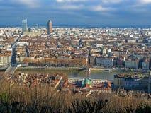 Het district van La deel-Dieu is het centrale bedrijfsdistrict van Lyon en de rode heuvel van Fourviere van stadsdaken, Auvergne- royalty-vrije stock foto's