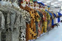 Het diverse Batikdoek Hangen bij Verkoop in Opslag Stock Foto's