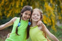 Het diverse gelukkige glimlachen, jonge geitjes royalty-vrije stock fotografie