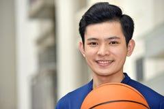 Het diverse Mannelijke Basketbalspeler Glimlachen royalty-vrije stock fotografie