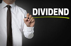 Het dividend wordt geschreven door zakenman achtergrondconcept stock afbeelding
