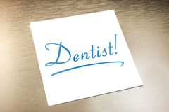 Het Document die van tandartssticky note on op Gouden Aluminium liggen Royalty-vrije Stock Afbeelding