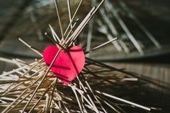 Het document hart ligt op de houten stokken Idee Stock Foto's