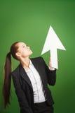 Het document van de bedrijfsvrouwenholding pijl op groene achtergrond royalty-vrije stock afbeelding