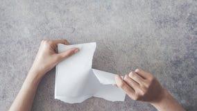 Het document van de handenscheur hoge hoekmening royalty-vrije stock afbeelding