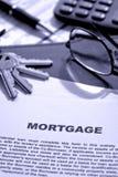 Het Document van de Hypotheek van onroerende goederen Op Bureau Realtor Royalty-vrije Stock Afbeeldingen